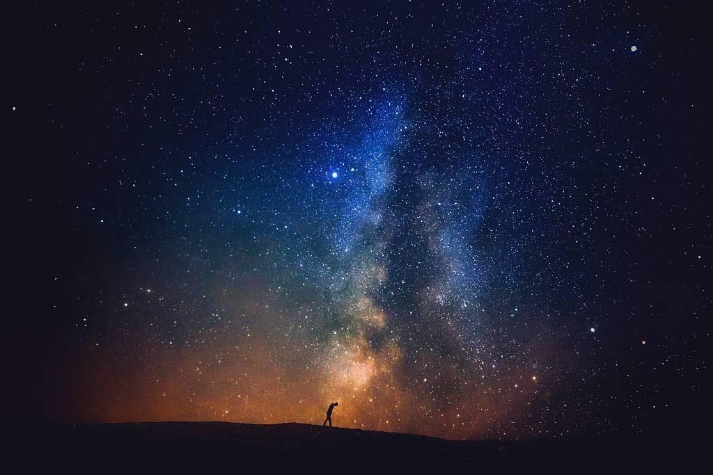 阅读 为什么人们在夜晚看到满天的繁星会觉得幸福?