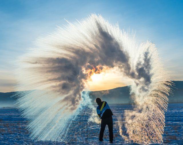 """这个冬天到漠河来找北,在零下40°C拍一张美哭了的""""泼水成冰"""""""