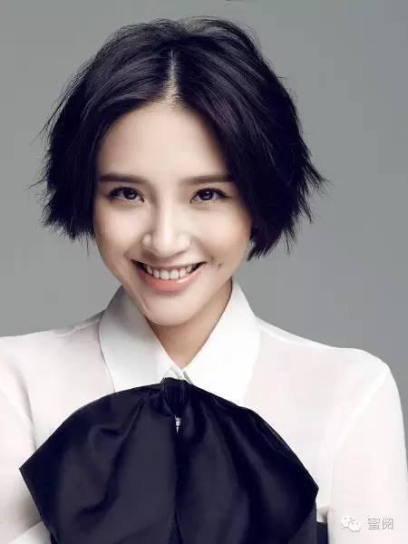 而发尾卷卷的给人感觉甜美可爱 同样的发型放到李溪芮身上 让她看起来图片