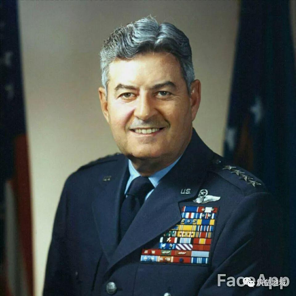 使用现代改图手段,我们可以让面瘫的李梅将军笑起来
