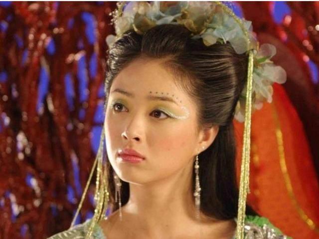 但是翻看蒋欣早期演过的电视剧《欢天喜地七仙女》,她饰演的小绿可爱铁梨花电视剧床戏图片