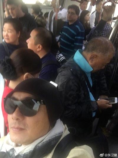 张卫健挤公交被夸亲民 张卫健微博晒照遭围观点赞