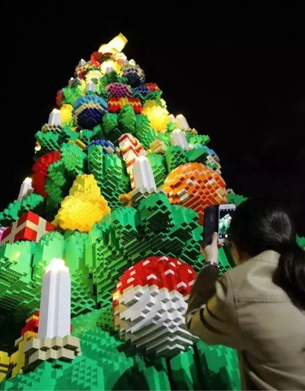 还有儿童乐队、动感舞、圣诞礼盒舞,飞火流星点燃烟火瀑布等精彩的节目