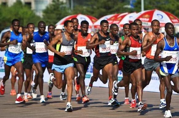 非洲人人体艺术图片_非洲小伙跑马被经纪人坑 马拉松市场乱象需整治