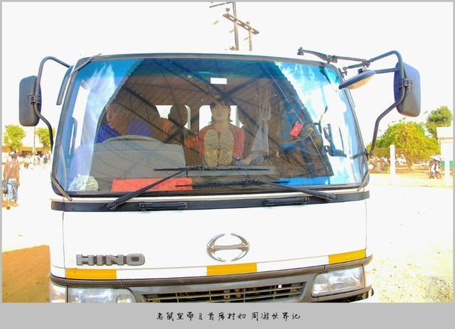 从马拉维去莫桑比克,打自行车的士过境,截一辆大货车继续赶路