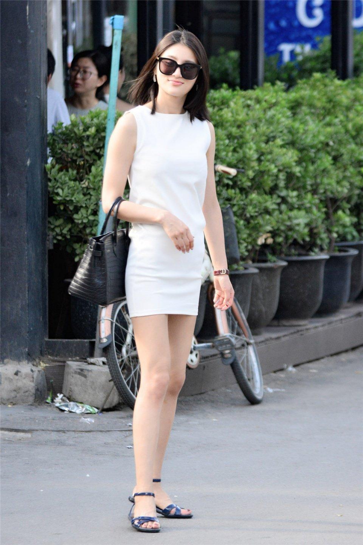 爱拍照的白色凯袖连衣裙长腿美女图片