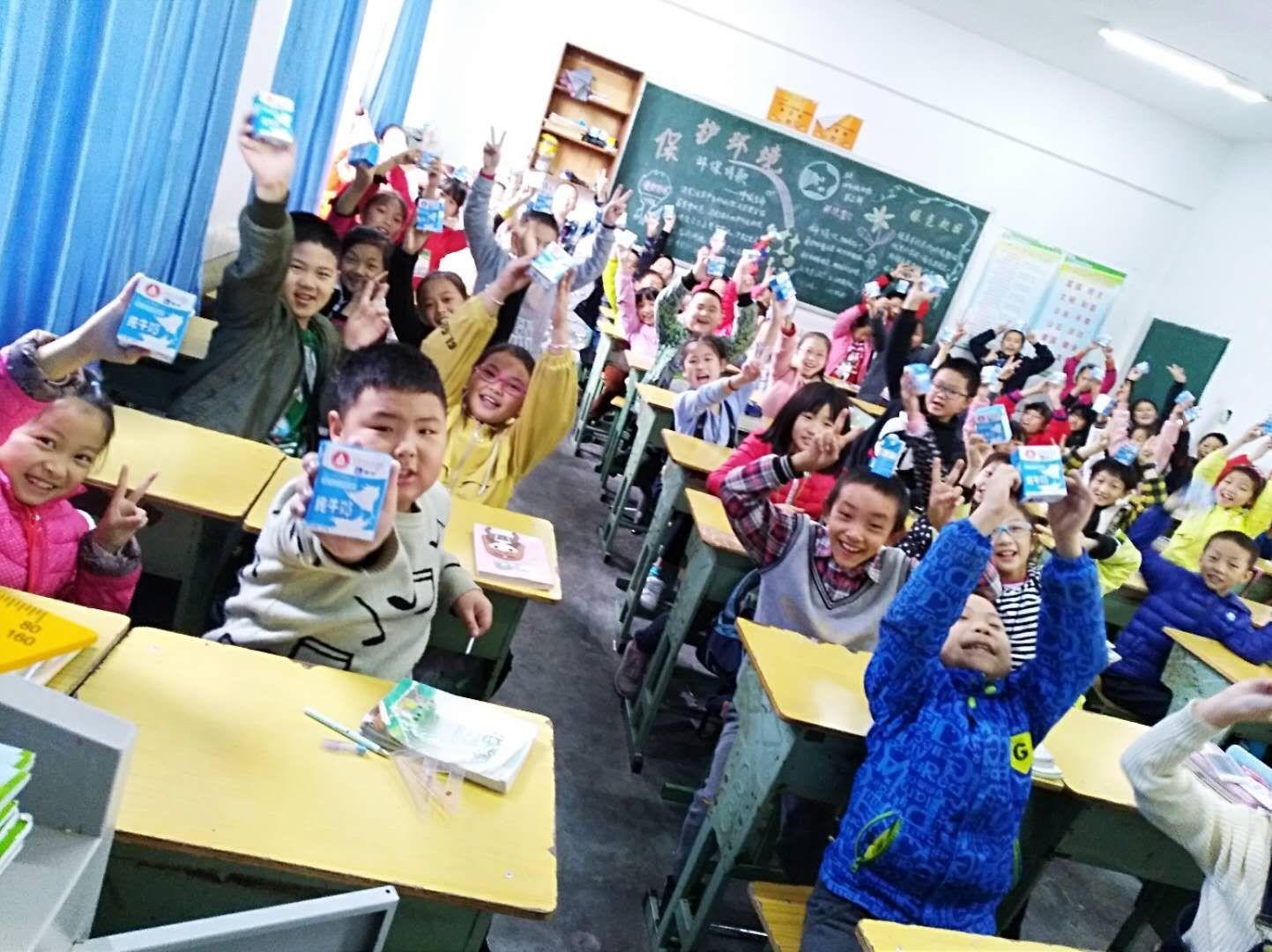 蒙牛为仪陇县实验学校捐赠400箱学生奶
