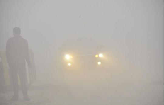 黄色雾灯穿透力强,可以提高驾驶员的能见度,使其他车辆和行人能及时