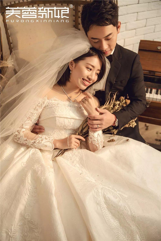 脱下体操服,二人穿上婚纱西装依偎在一起,一脸的幸福,挡都挡不住