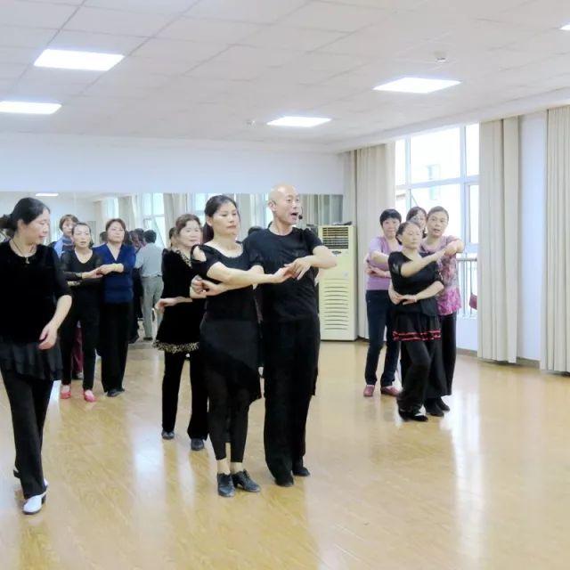双人舞,书法,国画, 乐器,旗袍模特…… 多种多样的课程, 方兴社区老年