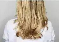 如果头发比较顺直,可以用卷发棒先将头发烫卷.图片
