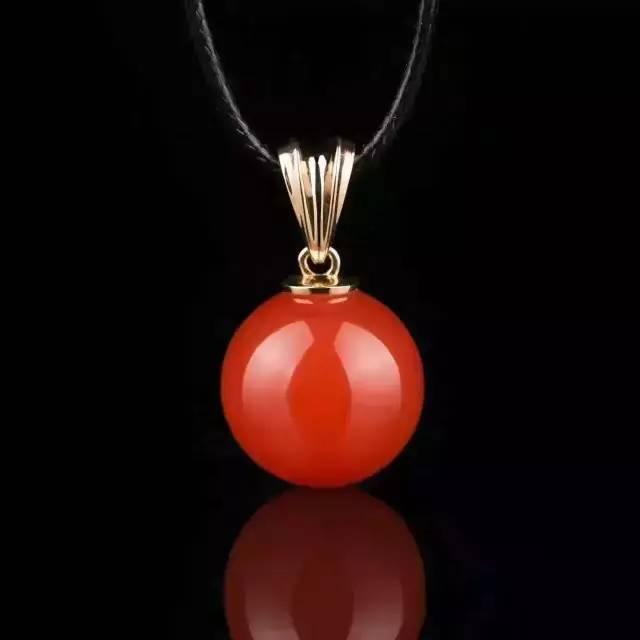 时尚 正文  diy手工编织的挂绳配上南红,绝对是独一无二的,整体南红