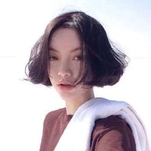 时尚 正文  中分短发 对于圆脸妹子来说,中分短发是一款非常适合的图片