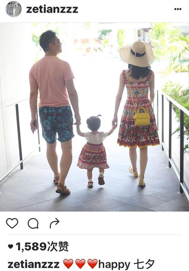 一家三口牵手背影照,与老公刘强东一人一边牵着女儿的手,画面温馨有爱