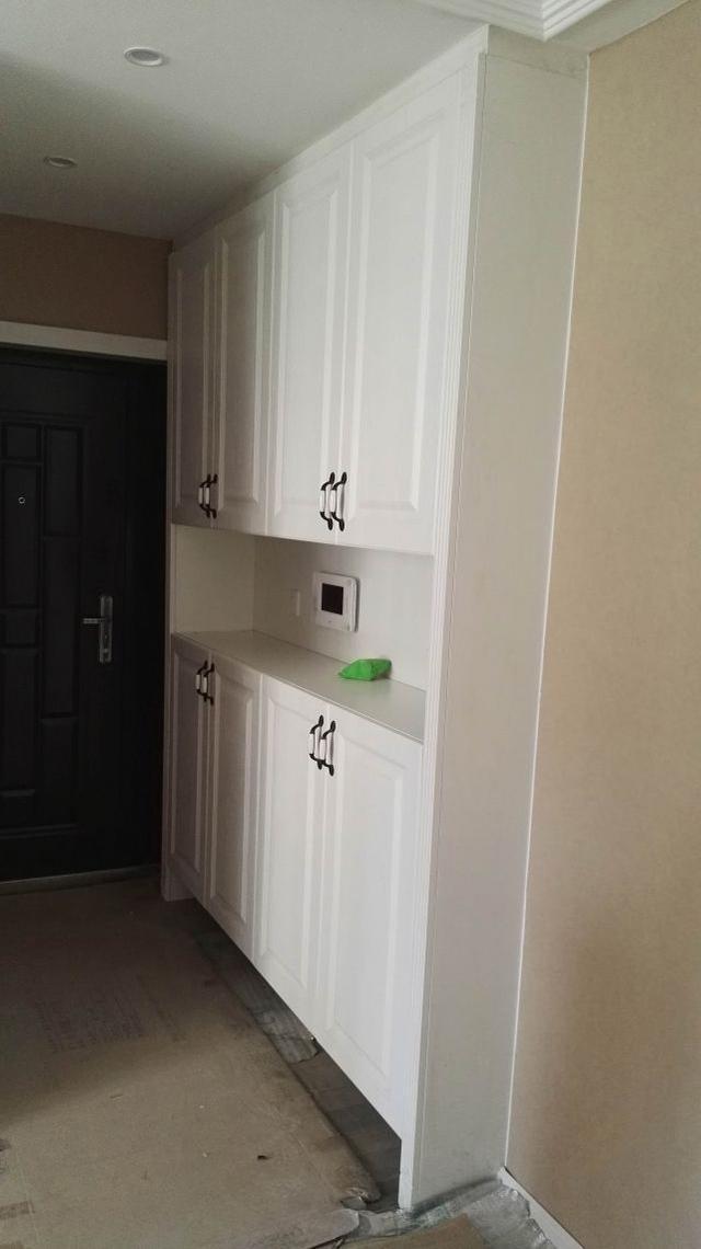 入户鞋柜 进门左手边安装了通顶鞋柜,中间和底部做了镂空设计,进出换