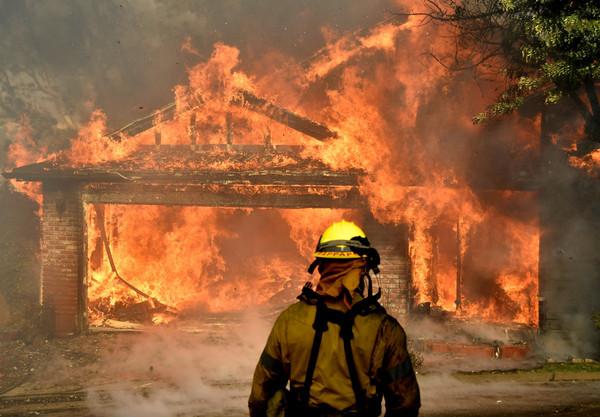 加州森林大火吞噬洛杉矶以及圣地牙哥16万英亩面积,多达8700名消防员图片