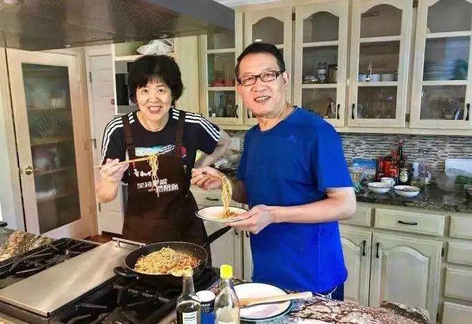 郎平老公_郎平与丈夫一起下厨.