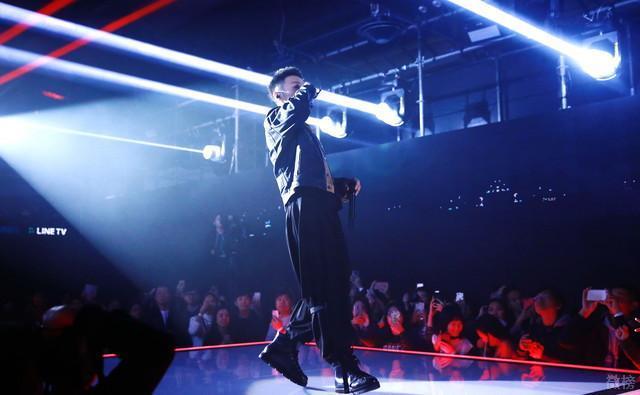 李荣浩演唱新歌〈戒烟〉到一半却咳嗽图片
