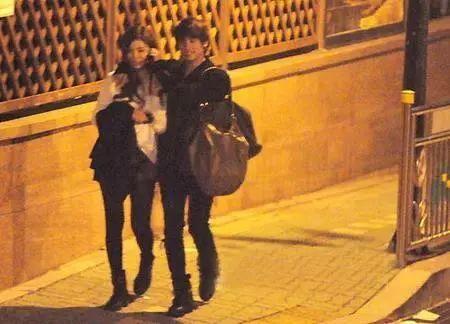甚至有媒体拍到,金钟铉在家的附近等申世景回来