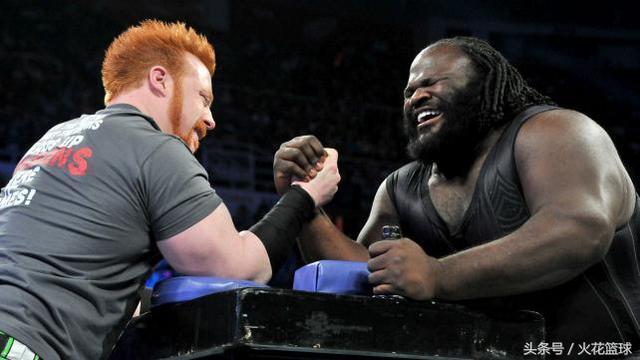 马克亨利和大秀哥_世界最强壮的男人:力量超大可毁灭对手,曾比赛中用肉身砸塌擂台