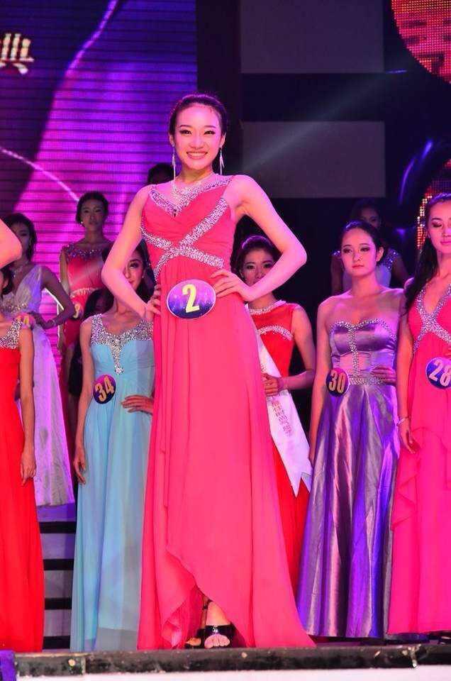 """在2011年的""""新丝路""""模特比赛中,全班都晋级,只有她因为身高在海选中就"""