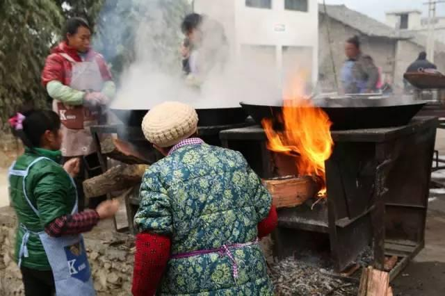 准备锅碗,桌椅 大锅 农村家家户户的灶台上都是这种超级大的锅.图片