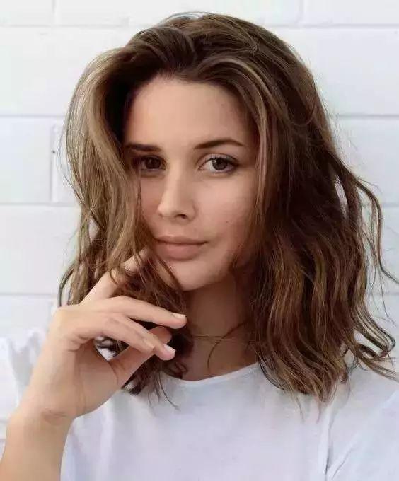 时尚 正文  圆脸不适合的发型有:中分卷发,服帖的齐耳短发或是超短发