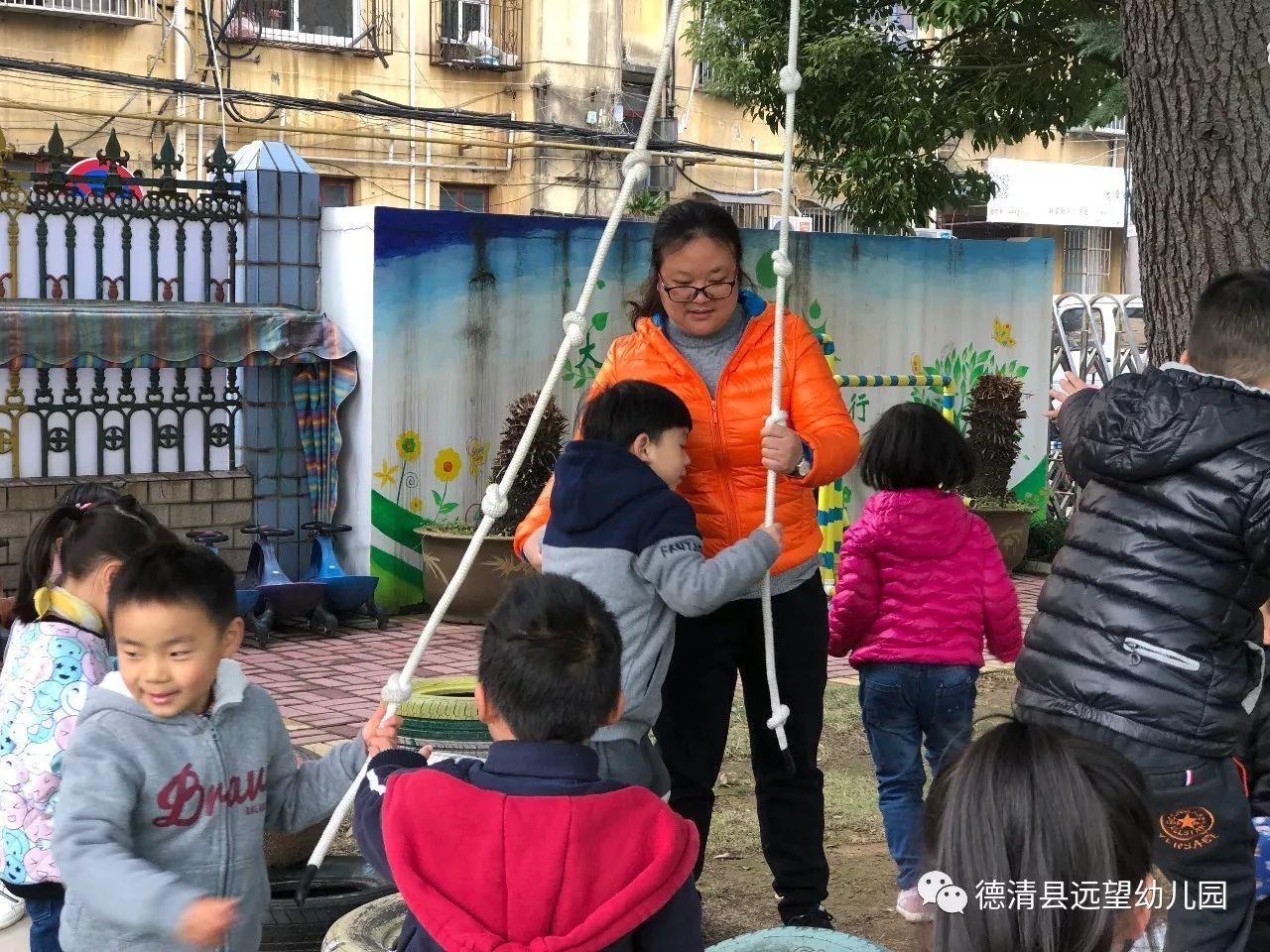 她吸引他們參加有趣的游戲,給他們折紙,在他們手上變小兔子.圖片