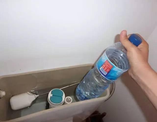 实用 她把这个东西放进水箱,就再没有刷过马桶了