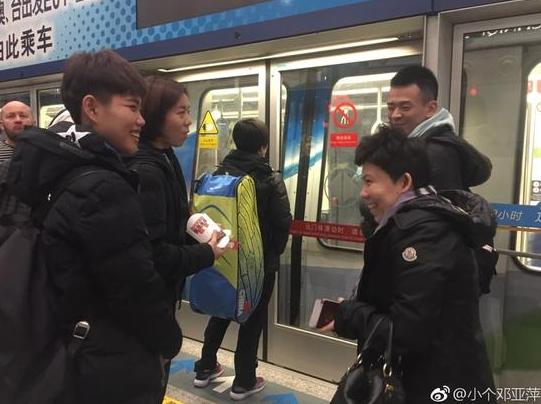 已非中国人?邓亚萍机场晒护照打脸喷子 (组图)