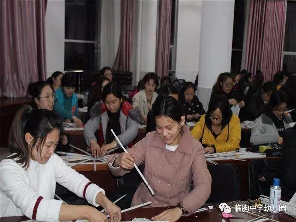 传统编织工艺——临朐中学幼儿园旧报纸编花篮培训活动