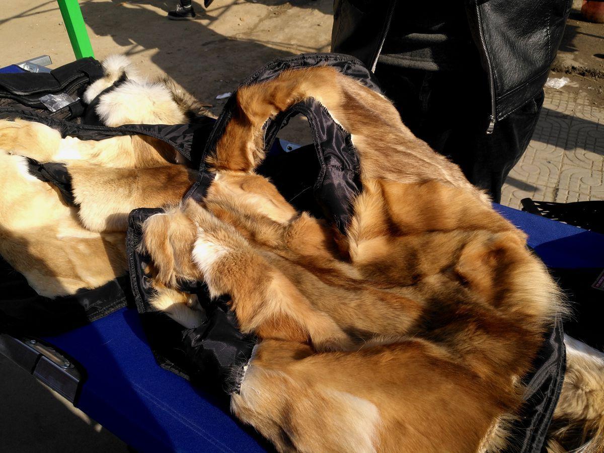 廉价皮草在农村大集有人以为是狐狸皮,老板笑称是狗皮