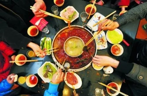 在冬天里和一群朋友吃火锅就是最温暖的事.
