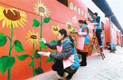 """【莲湖动态】志愿者手绘文化墙 小巷""""牛皮癣""""墙面变身美丽画卷"""