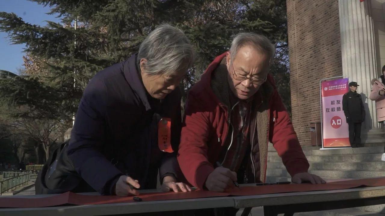 黄雅岚老师的视力较弱,走路一直需要搀扶,她的先生李自茂老师在准备图片