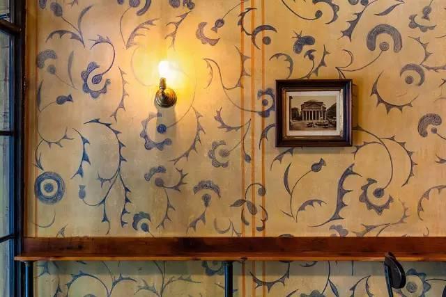 手绘壁纸,公共餐桌,木烧的砖炉和玻璃天窗,可以在温暖的日子里开放.