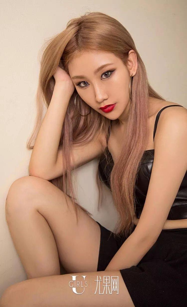 69美女直播_【车模】美女车模tina小花裙,大秀迷人曲线!