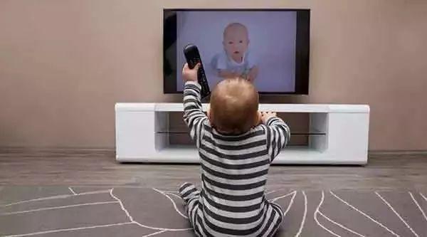 少让宝宝看电视 手机等 你知道电子产品对宝宝的伤害有多大吗