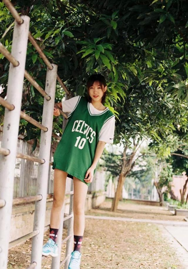 穿上篮球球衣超萌妹子!