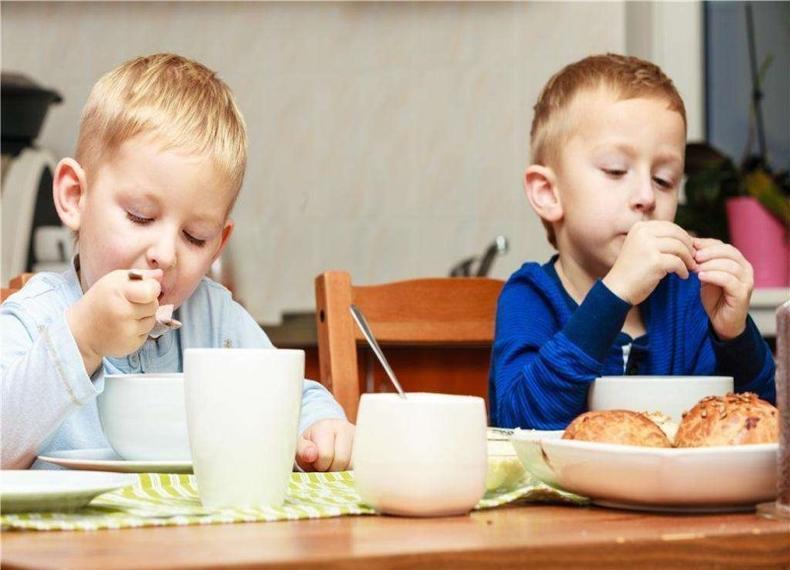 母婴 正文  孩子不好好吃饭可是一件头疼的事情,很多父母会为了能让