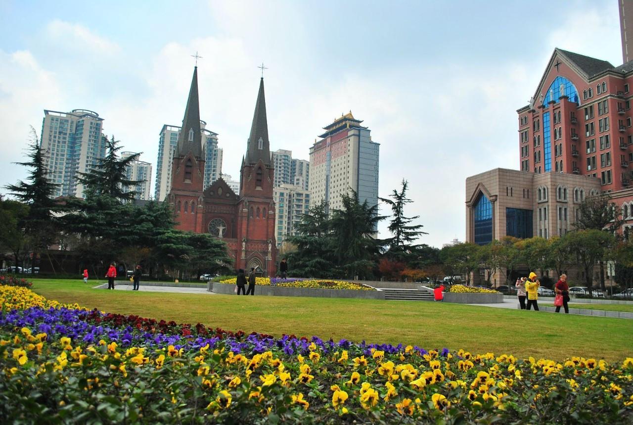 中世纪哥特式教堂,红色的砖墙,白色的石柱,青灰色的石板瓦顶,两座钟楼图片