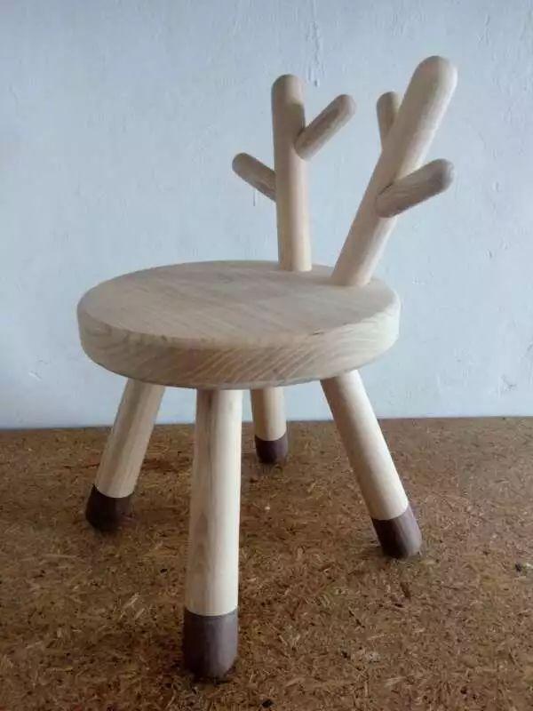 看了这么多创意小凳子,你是不是也跃跃欲试,希望给自己的小家,制作一款独一无二的专属小家具,手工制作和创造这样一款家具艺术品。 课堂介绍 本次的木艺课堂,我们将花约2小时的时间,来学习制作一款精致的鹿角小凳子。 材料是老师切割好的,现场教学拼装与打磨 尺寸样式: