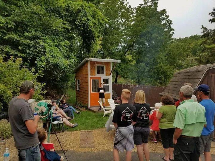 美国少年攒了1500美元,在自家后院建造了独立木屋
