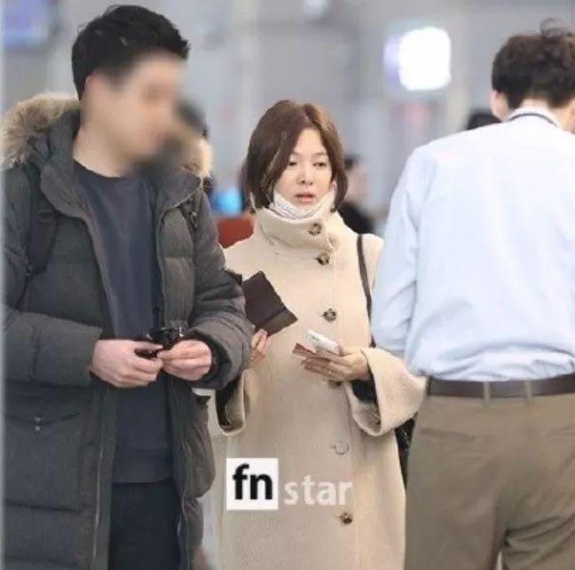 宋慧乔婚后素颜亮相北京机场 略带憔悴疲态无名指婚戒