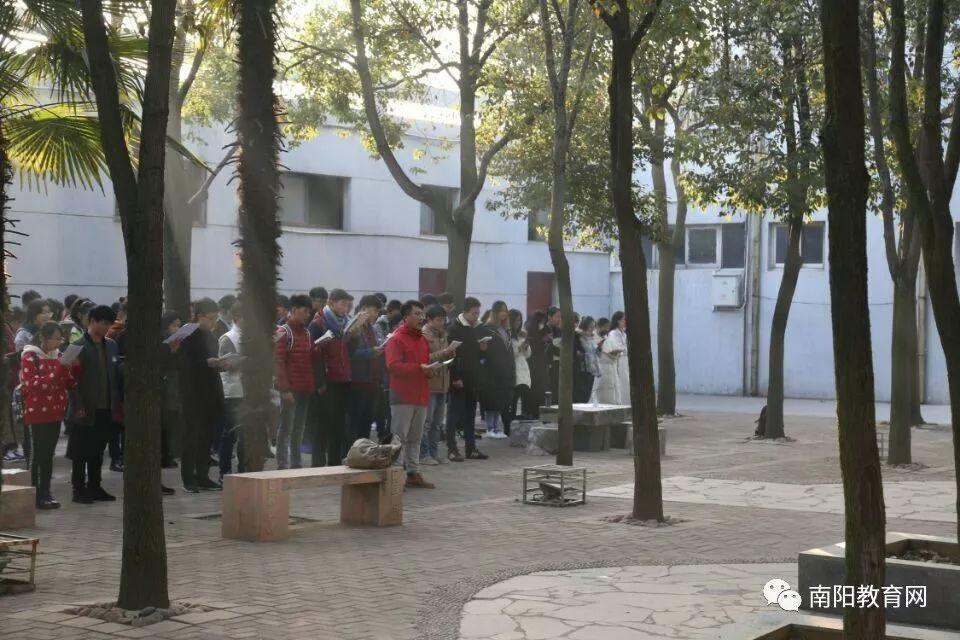 记者了解到,该活动由全国高校自发联盟组织的一场活动,已举办近一个月,目前已通过世界纪录官方复审。活动旨在联合2000所高校形成百万晨读大军,预计于2018年1月1日在各个会场共读《党的十九大报告》,并联名请愿教育部设立中国青年晨读日。