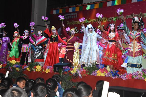 学生们歌唱五十六个民族的大团结.