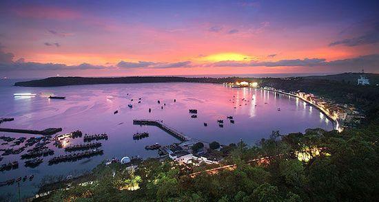 这里有亚洲第一大的激光音乐喷泉,世界第一的九龙玉船,银滩最大的海水