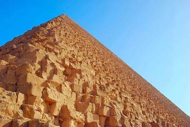 据一位英国考古学者估计,胡夫金字塔大概由 230 万块大小不等的石块砌