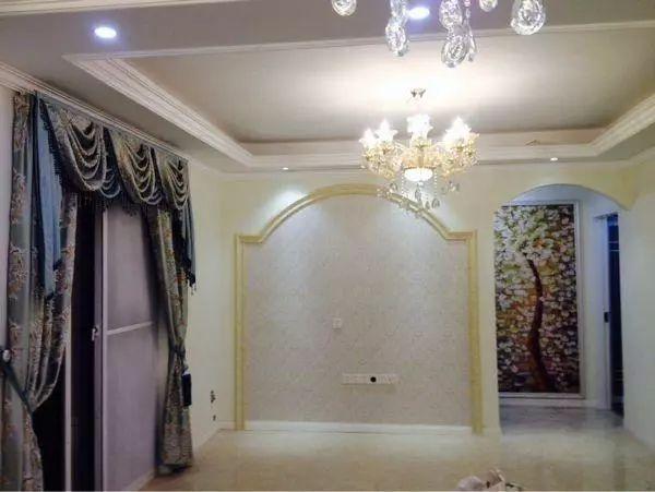 电视墙的造型也比较特殊,金色的边框装饰,看起来更加的有品位.