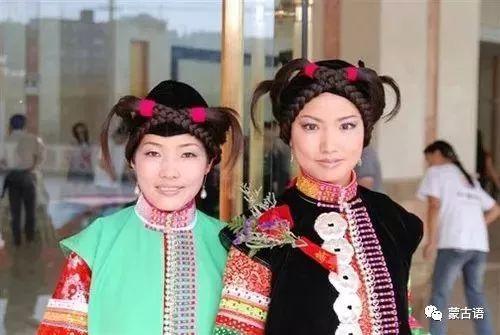 旅游正文服饰:过去蒙古族男子穿的是长袍腰间扎腰带与北方蒙古